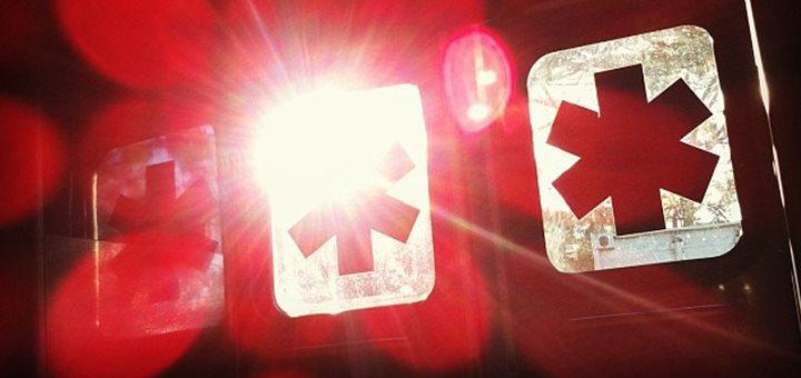 Les ambulanciers, le guérisseur, et l'hélicoptère