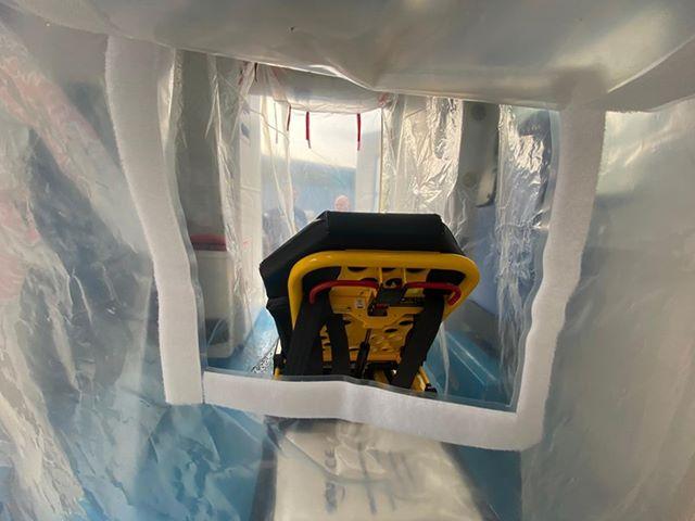 91051533 175840566718227 6816321477680300032 n Ambulancier : le site de référence Covid 19 et caisson de protection pour brancard de l'ambulance